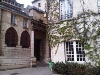 Sortie de l'eglise St Gervais sur la rue des Barres